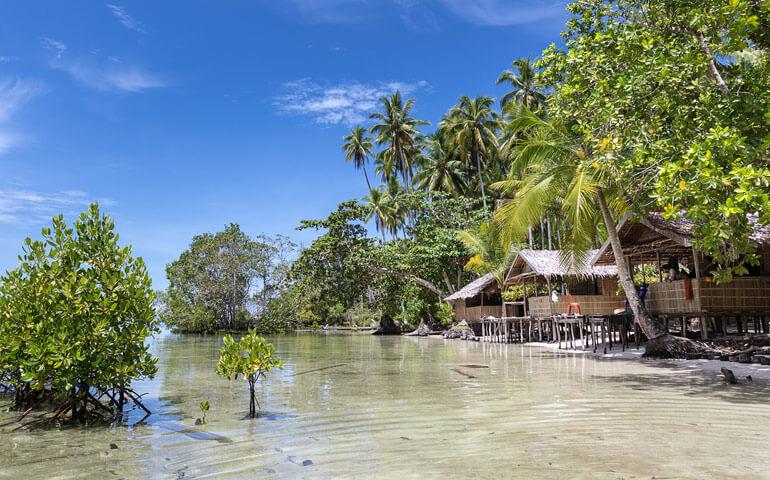 Jednoduché bungalovy z kamenů, palmových a pandánových listů svázané ratanovými provazy. Hotel s miliónem hvězd.