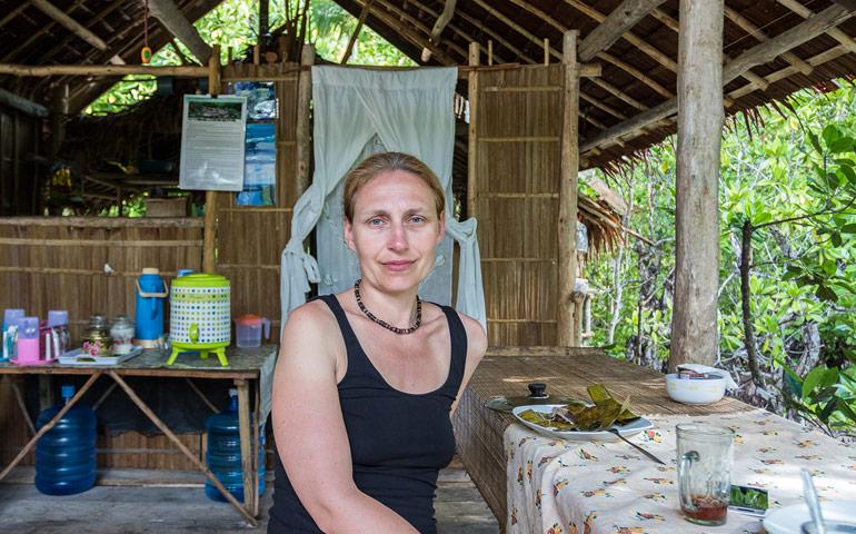 Luxusní restaurace s výhledem do mangrovů. Dnes sliz v banánovém listu. Opravdová výživná mňamka.