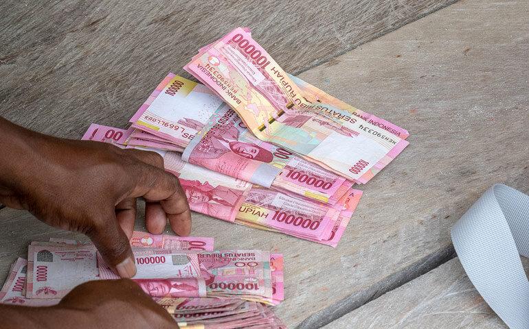 Nejvyšší bankovka je tu stotisícovka. Při místních cenách jste opravdovým milionářem naditým penězi.