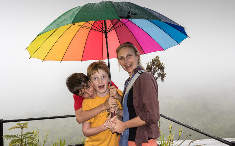 Vyhlídka na sopku v mlze:) Tropické deště dělají z obyčejného výletu dobrodružství.