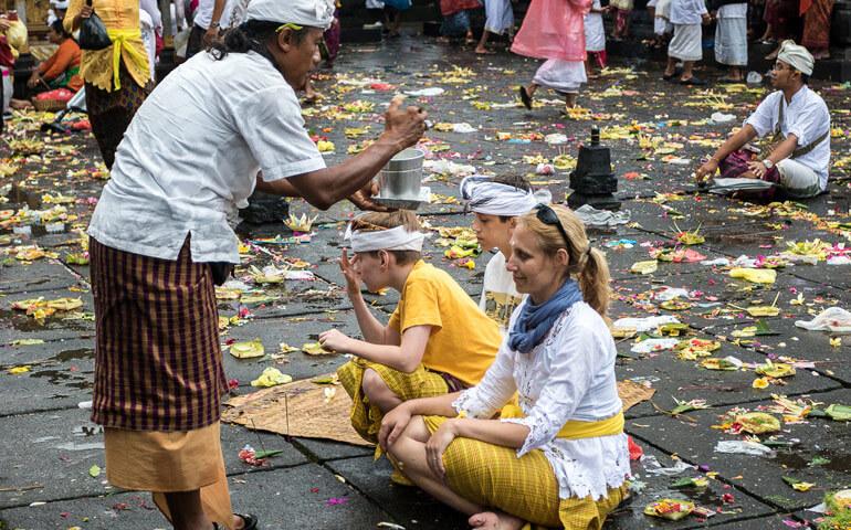 Požehnání a modlidba v největším chrámu na Bali Besakih