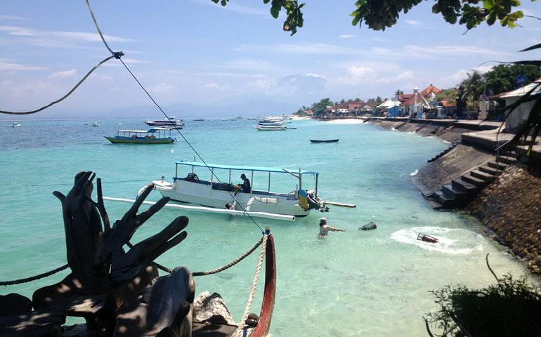 Nusa Lembongan - ostrůvek poblíž Bali. To, že nemá molo  činí každý nástup a výstup zajímavým.